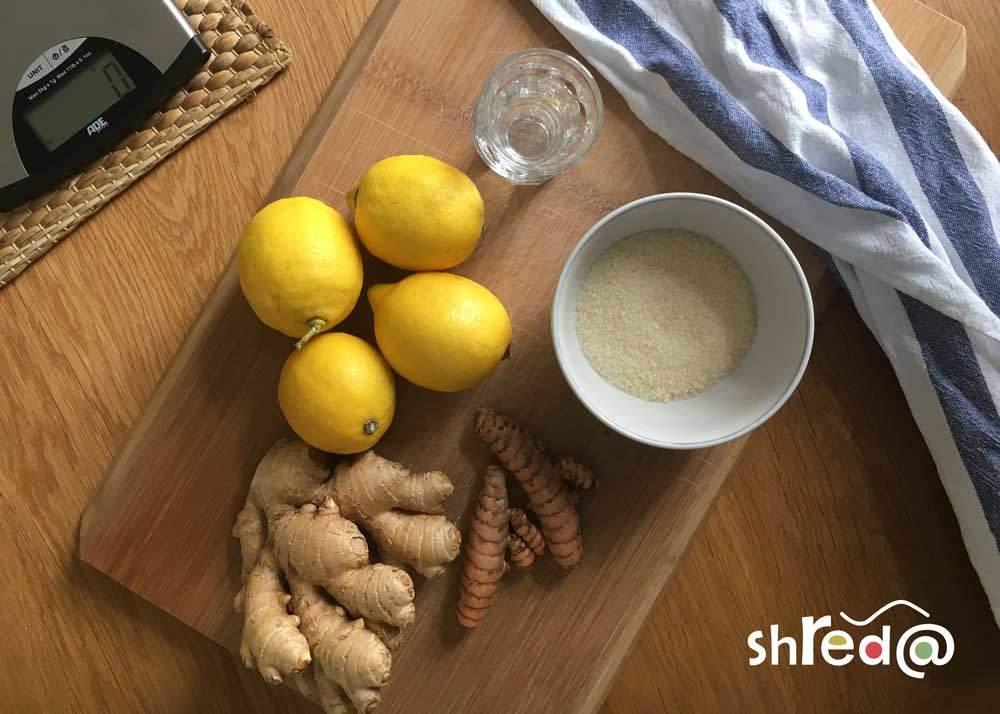 zutaten für die ingwer-kurkuma shots (ingwer, kurkuma, zucker, wasser, zitronen)